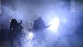 Guitarristas que juegan en hangar almacen de metraje de vídeo