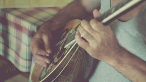 Guitarristas que juegan la guitarra y el bouzouki almacen de metraje de vídeo