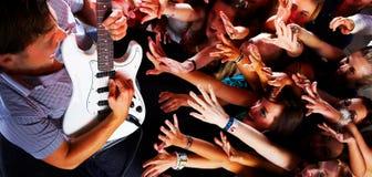 Guitarsolo bij een rotsoverleg royalty-vrije stock afbeeldingen