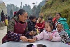 """GUIZHOU PROVINCIE, CHINA € """"CIRCA DECEMBER 2018: Mensen van Dong, van Miao en van Shui etnische groepen royalty-vrije stock foto"""
