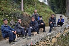 """GUIZHOU-PROVINZ, CHINA-†""""CIRCA im Dezember 2017: Einige alte Männer sitzen zusammen in der schmalen Bahn Lizenzfreie Stockfotos"""