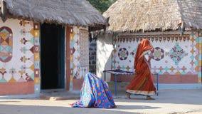 GUJARAT, INDIA: Traditionele huizen Bhungas in een lokaal dorp dichtbij Bhuj royalty-vrije stock afbeeldingen