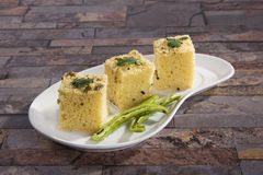 Gujarati Khaman Dhokla ou casse-croûte cuit à la vapeur de farine de gramme Images libres de droits