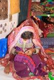 Gujaratiflicka som broderar hennes utstyrsel Royaltyfri Bild