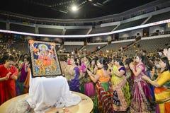 Gujaratifolk-sänger Atul Purohit zeichnet große Menge in Chicago Stockbild