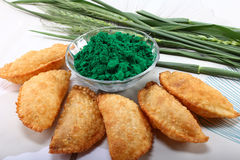 Gujia w talerzu z holi zielonym kolorem w pucharze fotografia stock