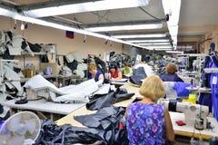GUKOVO, RÚSSIA - EM SETEMBRO DE 2016: Trabalho dos trabalhadores em um vestuário Fotos de Stock Royalty Free