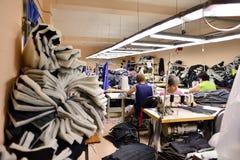 GUKOVO, RÚSSIA - EM SETEMBRO DE 2016: Trabalho dos trabalhadores em um vestuário Imagem de Stock