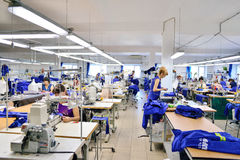 GUKOVO, RÚSSIA - EM SETEMBRO DE 2016: Trabalho dos trabalhadores em um vestuário Foto de Stock Royalty Free