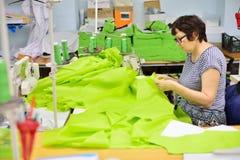 GUKOVO, RÚSSIA - EM SETEMBRO DE 2016: Trabalho dos trabalhadores em um vestuário Imagem de Stock Royalty Free