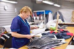 GUKOVO, RUSIA - SEPTIEMBRE DE 2016: El estudiar de Costume del diseñador Imágenes de archivo libres de regalías