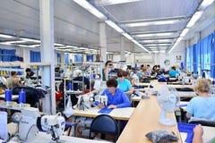 GUKOVO, RUSIA - SEPTIEMBRE DE 2016: Trabajo de los trabajadores en una ropa Fotos de archivo