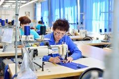 GUKOVO, RUSLAND - SEPTEMBER, 2016: De arbeiders werken in een kledingstuk Stock Foto's