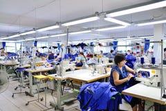 GUKOVO, RUSLAND - SEPTEMBER, 2016: De arbeiders werken in een kledingstuk Stock Afbeelding
