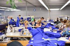 GUKOVO, RUSLAND - SEPTEMBER, 2016: De arbeiders werken in een kledingstuk Stock Afbeeldingen