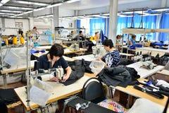GUKOVO, RUSSIA - SETTEMBRE 2016: Lavoro dei lavoratori in un indumento Immagine Stock