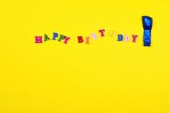 Gul abstrakt bakgrund med den lyckliga födelsedagen för ord Royaltyfri Foto