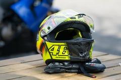 Gul AGV för motorcykelsportroder med målning nummer 46 fotografering för bildbyråer