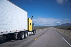 Gul amerikansk Nevada för halv-lastbil marijuanacigaretttransport väg Royaltyfri Fotografi