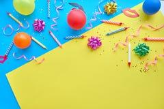 Gul bakgrund, begreppet av partitid, en inbjudan till en födelsedag eller annan beröm royaltyfria foton
