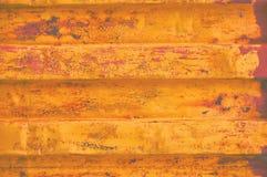 Gul bakgrund för behållare för grungehavsfrakter, mörk rostig korrugerad modell, röd abc-bok som täcker horisontalrostat detaljer Royaltyfri Fotografi