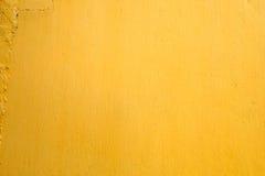 Gul bakgrund för målarfärgbetongväggtextur Royaltyfri Bild