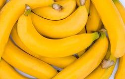 Gul bakgrund för ny banan, Closeup av en packe av bananer fotografering för bildbyråer