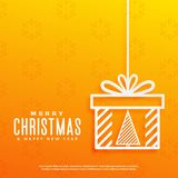 Gul bakgrund med julträdet inom en design för gåvaask Arkivfoto