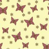 Gul bakgrund med lilablommor och fjärilar Arkivfoto