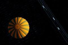 Gul ballong på solnedgången från över Arkivbilder