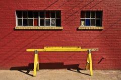 Gul barrikad med väggen för röd tegelsten Royaltyfri Foto