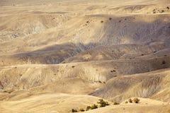 Gul bergterräng med skugga från molnen arkivfoton