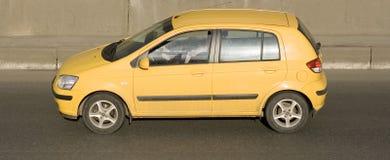 Gul bil Fotografering för Bildbyråer
