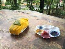 Gul bil och målningen Arkivbild