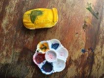 Gul bil och målningen Royaltyfria Bilder