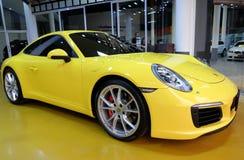 Gul bil Porsche 911 Carrera S i visningslokal royaltyfri bild