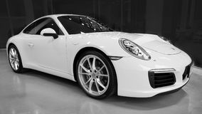 Gul bil Porsche 911 Carrera S i visningslokal royaltyfri foto