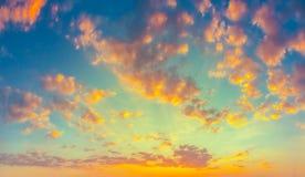 Gul blå soluppgånghimmel med solljus Arkivbilder
