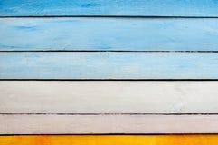 Gul blå vit trävägg Arkivfoto