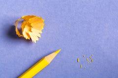 Gul blyertspenna och shavings på pappers- bakgrund Fotografering för Bildbyråer