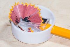 Gul blyertspenna, plast- vässare och shavings Royaltyfri Bild