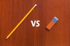 Gul blyertspenna vs radergummit Abstrakt begreppsmässig bild Arkivbild