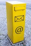 Gul brevlåda med bokstavssymbol och emailssymbol som ett tecken av kommunikationen royaltyfri bild