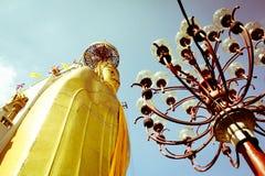 Gul buddha thai högväxt himmel Arkivbilder