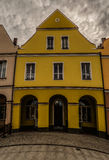 Gul byggnad i Lomza Arkivbilder