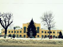 Gul byggnad i vinterfasad Arkivfoton