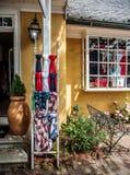 Gul byggnad med amerikanska flaggan - gränsmärke av Middleburg Arkivbilder