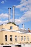 Gul byggnad med rör. Den Moscow staden centrerar. Royaltyfria Foton