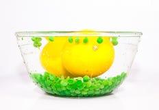 Gul citron och ärtor Royaltyfri Fotografi