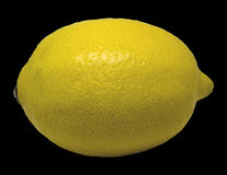 Gul citron som isoleras på en svart bakgrund royaltyfria bilder